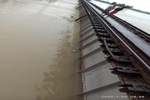 दरभंगा-समस्तीपुर रेल रुट पर हयाघाट के पास रेल पुल पर पानी चढ़ा.