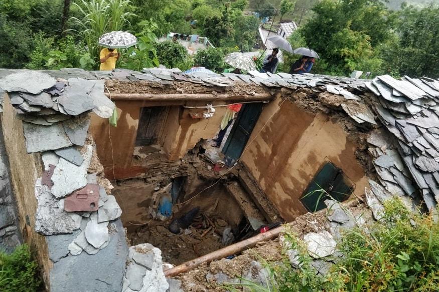 अल्मोड़ा में द्वाराहाट के तैलमैनारी गांव में देर रात एक आवासीय मकान टूटने से 3 लोगों की मौत हो गई जबकि दो लोगों ने भागकर जान बचाई. देर रात अतिवृष्टि से मकान गिर गया. मां और दोनों बेटियां अंदर के कमरे में सोए थे जबकि पिता और पुत्र नीचे के कमरे में सोए थे. भारी आवाज़ सुनते ही पिता और पुत्र भागकर बाहर आ गए लेकिन मां और बेटी मलबे में दब गए. परिजनों ने आस-पास के लोगों को बुलाया लेकिन तब तक बहुत देर हो गई थी. तीनों को निकालने तक उनकी मौत हो चुकी थी.