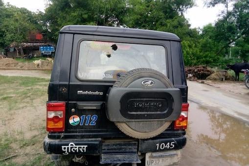 आजमगढ़ में ग्रामीणों के पथराव से पुलिस की गाड़ी क्षतिग्रस्त हो गई