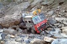 पहाड़ से गिरे बोल्डर और माचिस की तरह पिचक गया ट्रॉला... रात 10 बजे से बंद है बदरीनाथ मार्ग