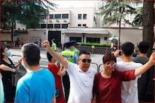 चीन में अमेरिकी वाणिज्य दूतावास बना सेल्फी प्वाइंट, सड़क पर लग गया जाम
