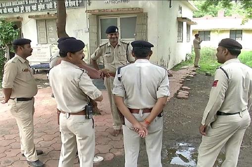 इंदौर पुलिस ने अश्लील हरकत करने के आरोप में 29 वर्षीय एक सुरक्षा गार्ड को गिरफ्तार किया है. (सांकेतिक फोटो)