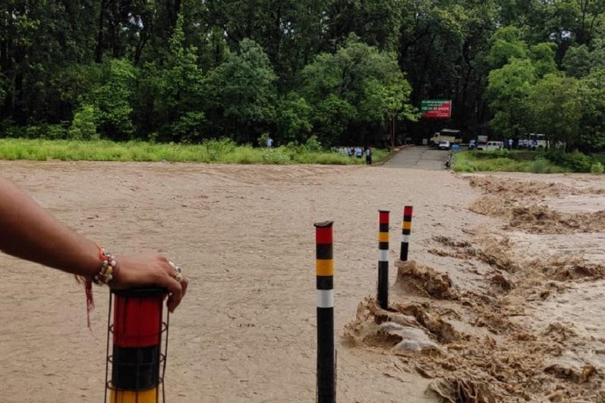 हल्द्वानी. बारिश के कारण कुमाऊं के पहाड़ों से बहते हुए मैदान में आने वाली नदियां इस समय पूरे उफान पर हैं जिसके कारण जनजीवन पूरी तरह से प्रभावित है. नैनीताल जिले के रामनगर, हल्द्वानी, कालाढूंगी और चोरगलिया इलाके में कुछ नदियां ऐसी हैं जो पुल न होने के कारण नेशनल या स्टेट हाइवे को पार करते हुए बहती हैं. सड़कों पर बने इन रपटों (बरसाती नदियों) का बहाव बेहद तेज होता है जो जानलेवा साबित हो सकता है. यही वजह है कि लोग इन्हें पार करने से डरते हैं. हल्द्वानी को सितारगंज से जोड़ने वाली चोरगलिया रोड पर ऐसी ही दो रपटे हैं एक है शेर नाला और दूसरा सूर्या नाला जिनके उफान पर आने के कारण बुधवार को घंटों ट्रैफिक रुका रहा. छोटी गाड़ियों और टू व्हीलर सवार ने सड़कों पर बह रही नदियों का रौद्र रुप देख घर लौटना ही बेहतर समझा.