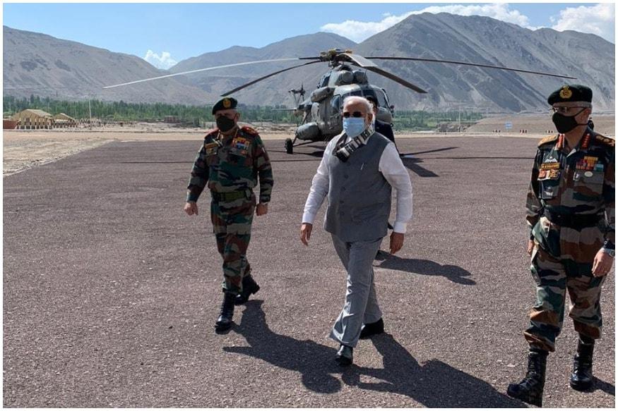 पूर्वी लद्दाख में वास्तविक नियंत्रण रेखा (LAC) पर इस वक्त भारत और चीन के बीच तनाव का माहौल है. कहा जा रहा है कि पिछले महीने गलवान घाटी (Galwan Valley) में हिंसक झड़प के बाद दोनों देशों की सेनाएं आमने-सामने हैं. इस बीच शुक्रवार सुबह पीएम नरेंद्र मोदी (PM Modi) सेना का हौसला बढ़ाने के लिए लद्दाख पहुंच गए. उन्होंने नीमू पोस्ट पर सैनिकों से बातचीत की.