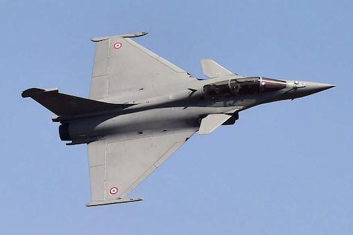 राफेल के आने से भारतीय वायुसेना की ताकत बहुत बढ़ गई है जिससे वह अपने पड़ोसियों से कई मामलों में आगे निकल गया है. .(फाइल फोटो)