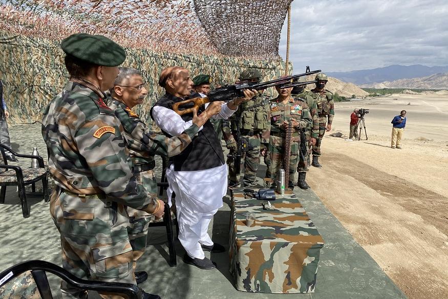 लेह. रक्षा मंत्री राजनाथ सिंह सुरक्षा हालात का जायजा लेने के लिए शुक्रवार को एक दिवसीय दौर पर लेह पहुंचे. चीन के साथ जारी सीमा विवाद के मद्देनजर वह क्षेत्र में सुरक्षा हालात की विस्तृत समीक्षा करेंगे. रक्षा मंत्री के इस दौरे में प्रमुख रक्षा अध्यक्ष जनरल बिपिन रावत और सेना प्रमुख जनरल एम. एम. नरवणे भी उनके साथ हैं. सिंह अग्रिम इलाकों स्टक्ना और लुकुंग भी जाएंगे.