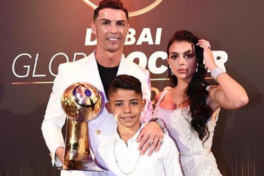 दुनिया के महान फुटबॉलर क्रिस्टियनो रोनाल्डो मुश्किल में फंसते हुए नजर आ रहे है और वजह उनका 10 साल का बेटा है. अब तो पुलिस भी उनके बेटे के मामले की जांच कर रही है.