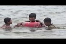 चॉकलेट की लालच में नदी तैरकर गैस सिलेंडर पार करवाते हैं इस गांव के बच्चे!