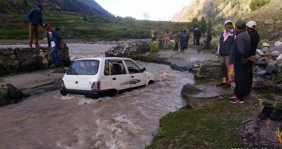 हिमाचल प्रदेश में बीते दो दिन से मॉनसून मुखर हुआ है. प्रदेश भर में भारी बारिश हुई है और इसका जनजीवन पर खासा असर हुआ है. कई जगह लैंडस्लाइड और सड़कें प्रभावित हुई हैं. सोमवार के बाद मंगलवार सुबह भी बारिश हुई है.