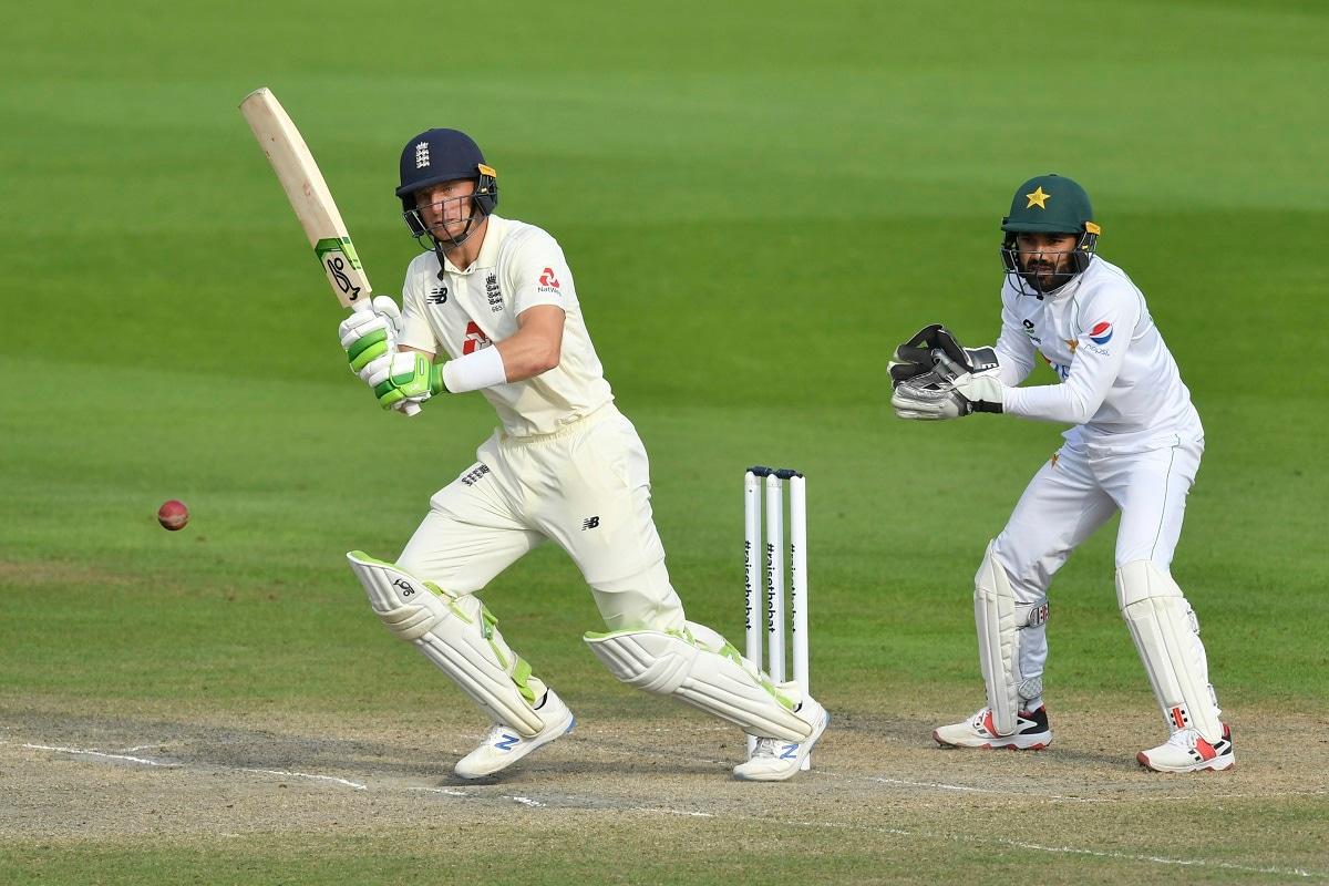 नई दिल्ली. मैनचेस्टर में पाकिस्तान को 3 विकेट से हराने के बाद इंग्लैंड ने साउथैंप्टन में होने वाले दूसरे टेस्ट के लिए अपनी टीम का ऐलान कर दिया है. इंग्लैंड ने तेज गेंदबाज ऑली रॉबिनसन (Ollie Robinson) को बेन स्टोक्स की जगह इंग्लैंड की 14 सदस्यीय टीम में जगह दी है. स्टोक्स निजी कारणों से श्रृंखला के बाकी मैचों से बाहर हो गए हैं.
