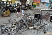 बेंगलुरु: गुरिल्ला टेक्निक का इस्तेमाल कर भीड़ ने पुलिस को पीटा, जलाई गाड़ियां