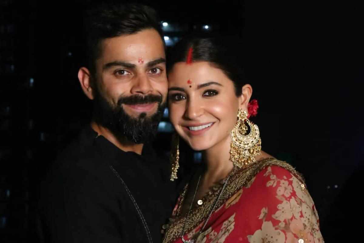 नई दिल्ली. टीम इंडिया के कप्तान विराट कोहली और अनुष्का शर्मा ने गुरुवार को अपने सभी फैंस को चौंका दिया. विराट और अनुष्का ने सोशल मीडिया पर एक तस्वीर पोस्ट कर ऐलान किया कि वो दोनों माता-पिता बनने वाले हैं.