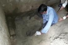 पति के साथ मिलकर सौतेली मां ने की बेटी की हत्या, घर में गड्ढा खोदकर शव दफनाया