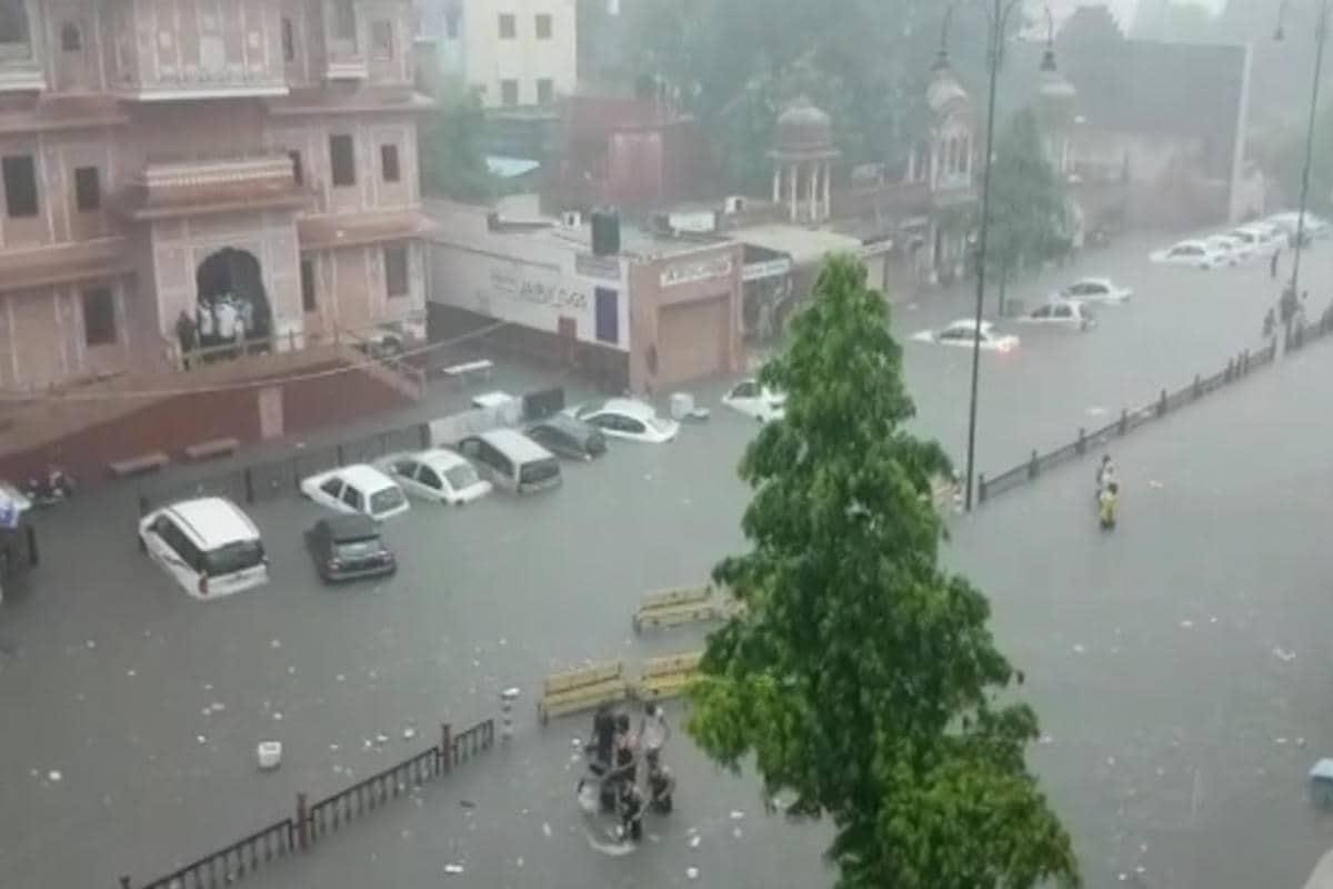मौसम विभाग ने आज प्रदेश के तीन जिलों अजमेर, भीलवाड़ा और राजसमंद के लिये रेड अलर्ट जारी किया था. वहीं जयपुर समेत प्रदेश के अन्य 20 जिलों के लिये ऑरेंज और 4 जिलों के लिये येलो अलर्ट जारी किया था. जयपुर में आज दोपहर ढाई बजे तक भारी बारिश की चेतावनी जारी की गई है.