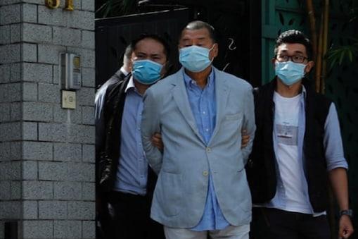 एप्पल डेली के संस्थापक जिम्मी लाई को गिरफ्तार कर ले जाती पुलिस