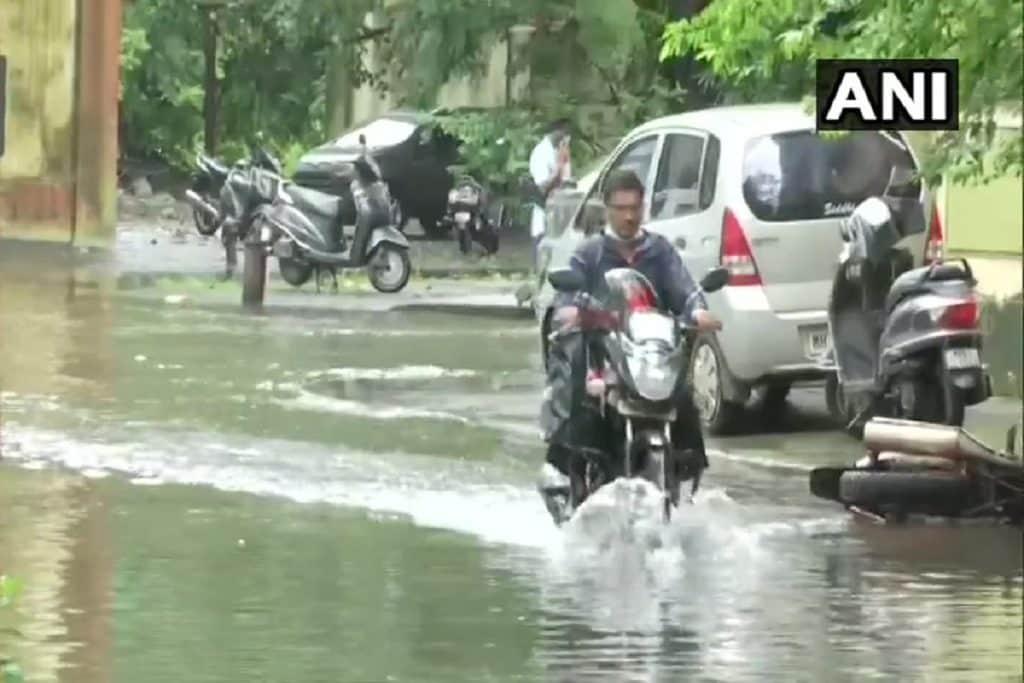 बारिश के कारण मुंबईवालों का जीना मुहाल हो गया है. दूसरे शब्दों में कहा जाए तो मुंबईवासियों की जिंदगी बेपटरी के चलने वाली रेलगाड़ी जैसी हो गई है. हालांकि मुंबई में आज भी बारिश की चेतावनी दी गई है और रेड अलर्ट जारी किया गया है. मुंबई के साथ ही ठाणे और पालघर में भी मौसम विभाग ने गुरुवार को भारी बारिश की संभावना जताई है.