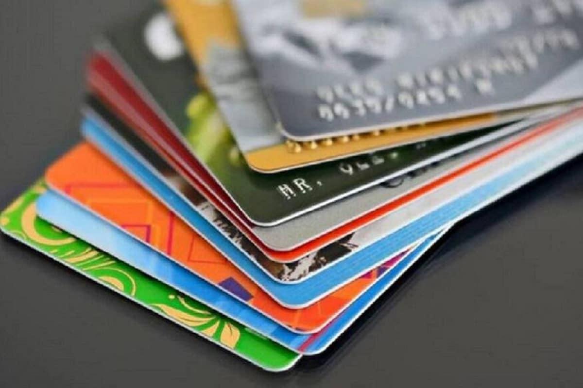 डिजिटल पेमेंट और कैशलेस ट्रांजेक्शन के दौर में क्रेडिट कार्ड का यूज काफी आम हो गया है. कैश या अकाउंट में पैसे नहीं होने पर भी क्रेडिट कार्ड से पेमेंट किया जा सकता है. लेकिन अगर आप क्रेडिट कार्ड का जमकर इस्तेमाल करते हैं और सिर्फ मिनिमम पेमेंट कर रहे हैं तो ये खतरनाक साबित हो सकता है. आइए आपको बताते हैं कि कैसे आपके लिए ये खतरनाक है..
