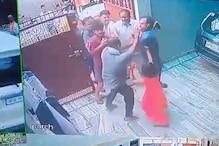 तेज रफ्तार कार चलाने से टोका तो दबंगों ने घर में घुसकर वकील परिवार को पीटा