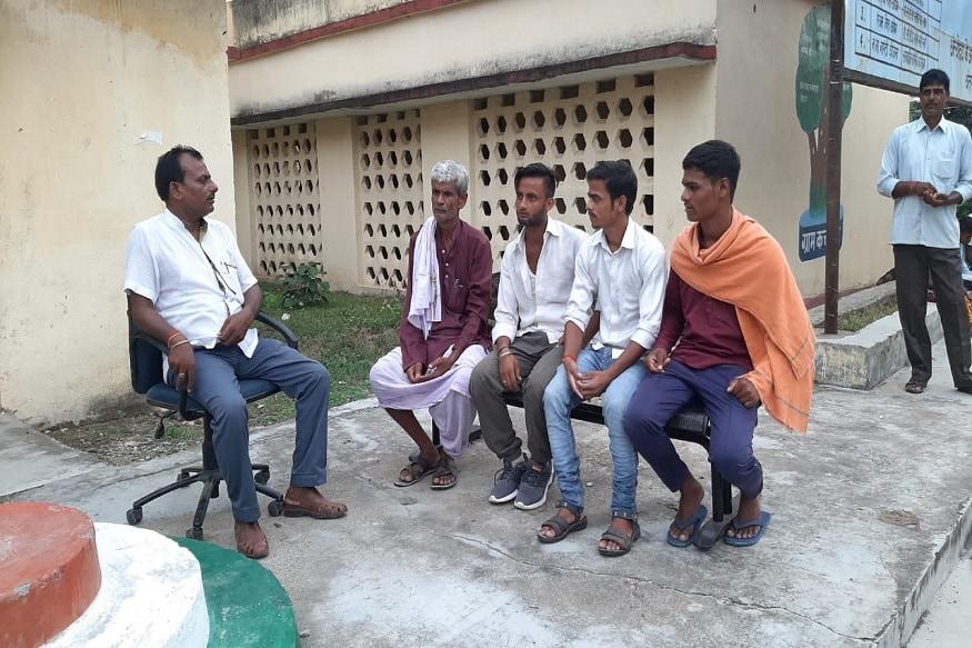 एक और खास बात यह कि अलखदेव यादव पचास लाख के इनामी शीर्ष माओवादी नेता संदीप यादव के गांव के रहने वाले हैं. अति नक्सल क्षेत्र लुटुआ के जंगलों में पंचायत सरकार लगाकर अलखदेव न सिर्फ ग्रामीणों की सभी तरह की समस्या को पंचायत सरकार में ही निपटा लेते हैं, बल्कि यहां के लोगों को अब थाना और कोर्ट के चक्कर नहींलगाना पड़ता है. इस पंचायत सरकार में ही ग्रामीणों को न्याय दिया जाता है और इनके द्वारा लिया गया निर्णय सब को मान्य होता है. फोटो- News 18
