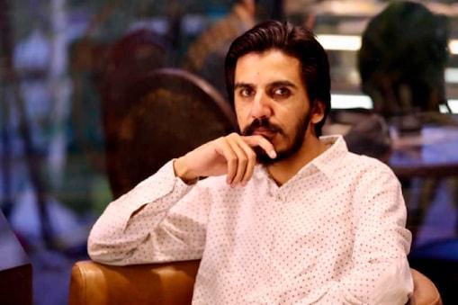 पाकिस्तान के वरिष्ठ पत्रकार असद तूर पर देश और सेना की छवि करने का आरोप लगाया गया है.