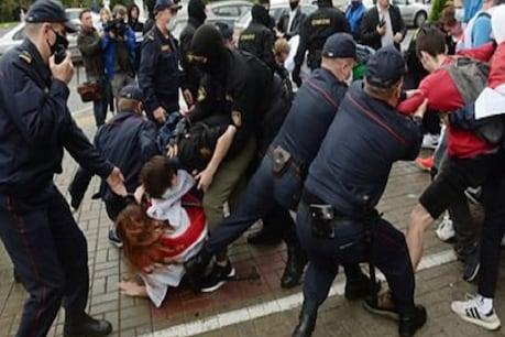 बेलारूस के राष्ट्रपति लुकाशेंको के विरोध में छात्रों ने गाया गाना, घसीटती हुई ले गई पुलिस