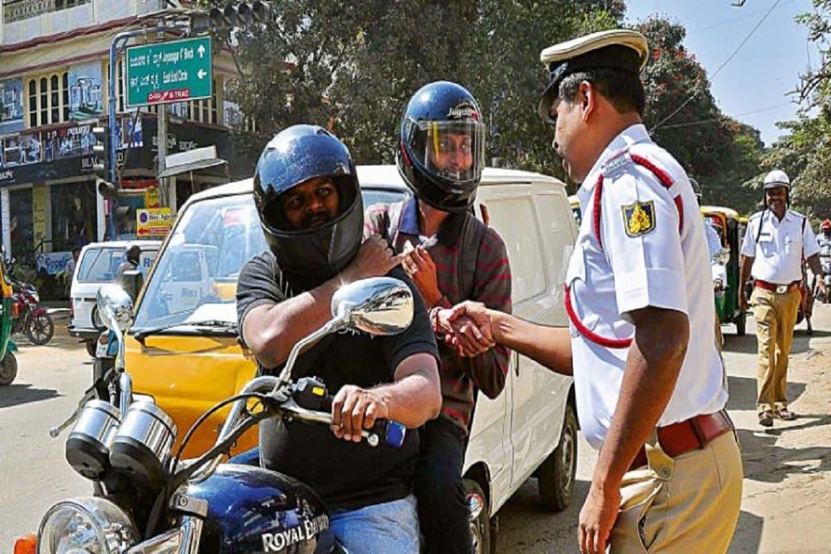 केंद्र सरकार यातायात सुरक्षा को लगातार बेहतर करने पर काम कर रही है. यही कारण है कि कुछ नियमों में बदलाव भी किया जा रहा है. हाल ही में मंत्रालय की नई गाइडलाइन बाइक (New Guidelines for two wheeler) की सवारी करने वाले लोगों के लिए आई है.