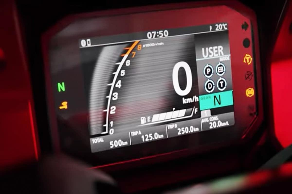 कंपनी द्वारा जारी किए वीडियो में एलईडी डीआरएलएस के साथ एलईडी हेडलैम्प और एलईडी टेललैंप दिए गए हैं. इसके अलावा स्कूटर को कलर टीएफटी डिस्प्ले भी मिलता है जो ईंधन की खपत, स्पीडोमीटर, फ्यूल गेज, रेव काउंटर, गियर पोजिशन इंडिकेटर जैसी जानकारी देगा. इन फीचर्स के अलावा वीडियो में आप एक पुश स्टार्ट स्टॉप बटन और राइडिंग मोड़ भी देख सकते हैं. होंडा फोर्ज़ा स्कूटर ब्लूटूथ कनेक्टिविटी और एडजेस्टेबल ट्रैक्शन कंट्रोल सिस्टम से लैस होगा.