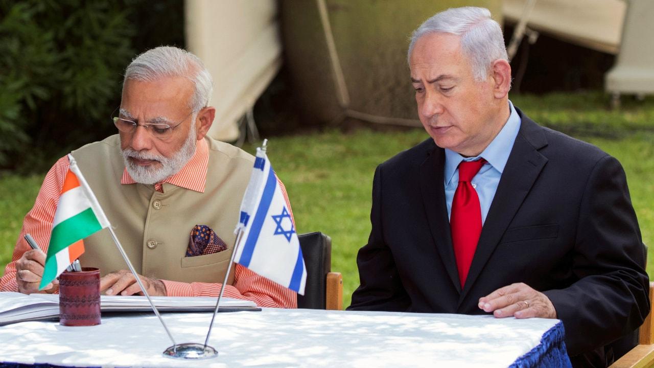पीएम मोदी और इजरायली प्रधानमंत्री बेंजामिन नेतान्याहू भी काफी अच्छे दोस्त माने जाते हैं. साल 2017 में मोदी पहले भारतीय प्रधानमंत्री थे जो इजरायल के दौरे पर गए थे. इसके बाद इजरायल और भारत के बीच काफी अहम रक्षा समझौते हुए हैं.(फोटो-Reuters)