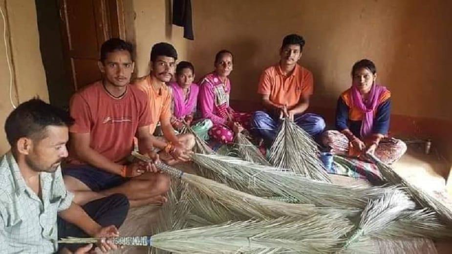 बाजार में 60 रुपये में बिकने वाले झाड़ू के के मुकाबले इस झाडू की कीमत 30 रुपये रखी गई तो बाज़ार से भी डिमांड मिलने लगी.