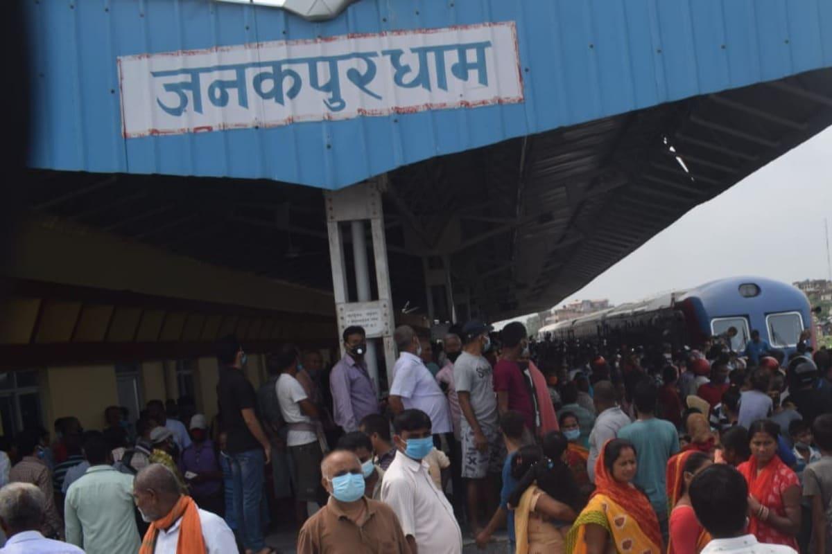 पिछले दिनों जब ट्रायल रन के तहत नेपाल के जनकपुर धाम तक ये ट्रेन पहुंची तो वहां हाल ही में बने नए स्टेशन पर देखने वालों की भारी भीड़ जुट गई. फोटोः Konkan railway twitter