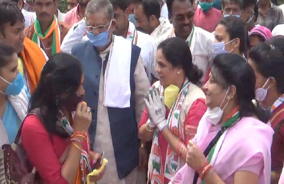सागर. बीजेपी छोड़कर कांग्रेस में शामिल हुईं पूर्व विधायक पारूल साहू ने सुरखी विधानसभा क्षेत्र में जनसम्पर्क अभियान शुरू कर दिया है. हालांकि कांग्रेस ने अभी इस सीट पर उनके नाम का ऐलान नहीं किया है.