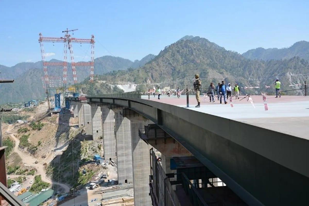 इंजीरियरिंग का यह नायाब नमूना इलाके में पर्यटकों के आकर्षण का एक केंद्र बन सकता है. आलम यह है कि केवल इस पुल को देखने के लिए बड़ी संख्या में पर्यटक जुटने वाले हैं. अभी भी इस पुल पर दर्जनभर से ज्यादा छात्र पीएचडी कर रहे हैं. इस पुल से राज्य के आर्थिक विकास में भी तेज़ी आएगी और लोगों और सैलानियों को भी ट्रांसपोर्टेशन का एक बेहतर विकल्प मिल पाएगा.