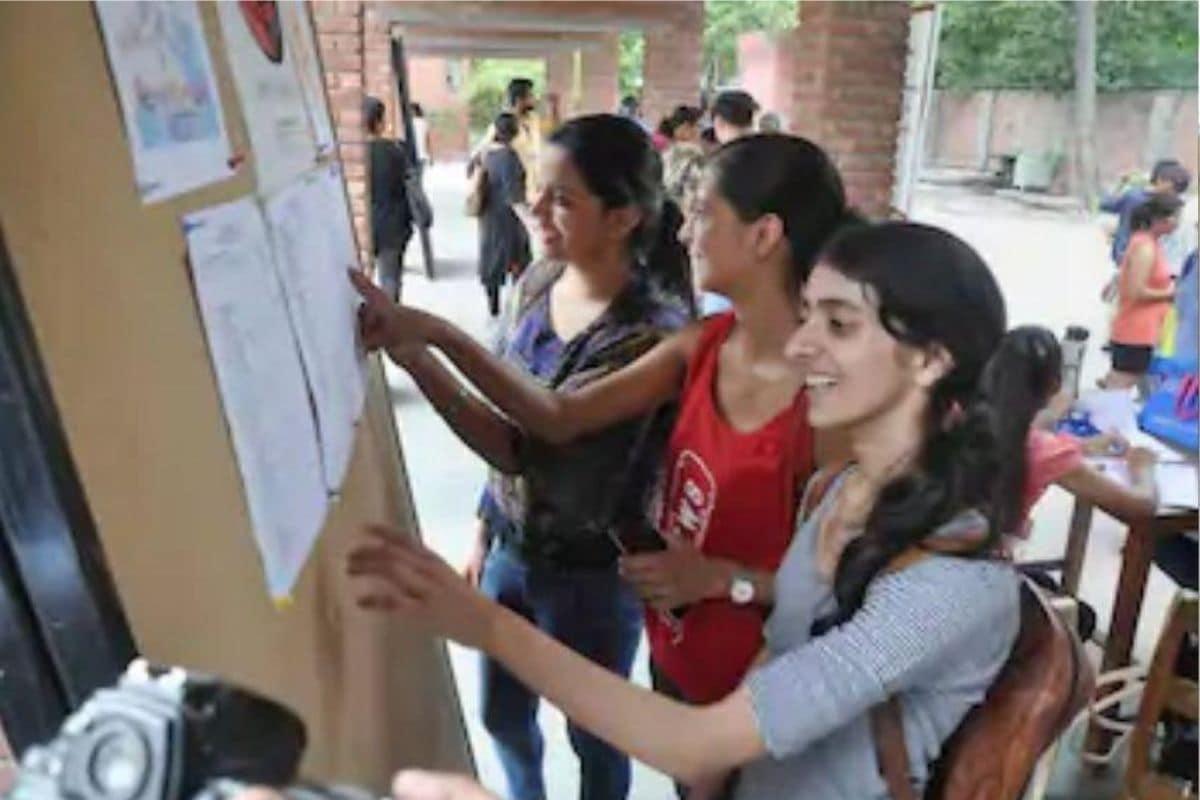 IIT exam, NEET exam, iit, neet, Rajkiya Pratibha Vikas Vidhyalaya, Paschim Vihar, Manish Sisodia, Arvind kejriwal, delhi government school, आरपीवीवी स्कूल, पश्चिम विहार, दिल्ली सरकार, मनीष सिसोदिया, 5 बच्चे आईआईटी पास किया, 22 बच्चे नीट क्वालीफाई किया, अरविंद केजरीवाल, बिना कोचिंग पास की आईआईटी, आइआइटी, नीट परीक्षा,  delhi government s this school RPVV Paschim Vihar 5 students selected in IIT and 22 qualified in NEET exam Sisodia visits nodrss