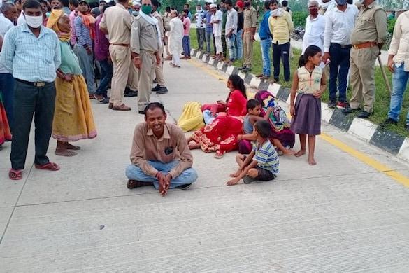 मुवावजे का आश्वासन मिलने के बाद ग्रामीणों ने जाम खत्म किया.