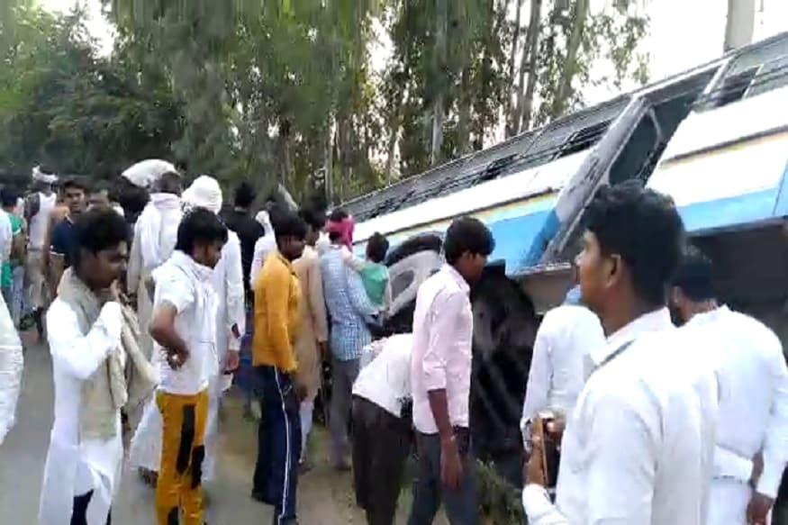 प्राप्त जानकारी के अनुसार एचआर 74 ए 7694 हरियाणा रोडवेज की बस नूंह से जयपुर जा रही थी. जैसे ही बस ने बडकली चौक को पार किया तो पिथोरपुरी गांव के समीप अचानक एक बाइक चालक बस के सामने आ गया. उसे बचाने के चक्कर में चालक खालिद ने बस को आगे बढ़ाया, लेकिन वह उस पर नियंत्रण नहीं रख सका और बस सड़क किनारे बनी पुलिया में जाकर अटक गई. (Photo: News18)