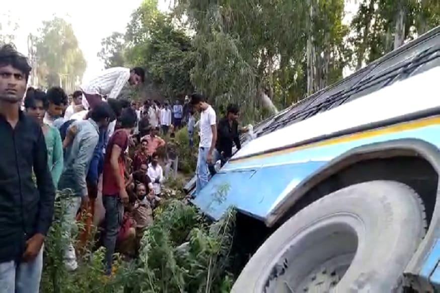 घटनास्थल की खबर सुनने के बाद वहां पर भारी भीड़ जमा हो गई और लोगों ने बस में फंसे यात्रियों को निकालने में मदद की. कुल मिलाकर गनीमत रही कि बस नीचे गड्ढों में नहीं गिरी और ना ही इस हादसे के दौरान कोई दूसरा वाहन उसकी चपेट में आया, वर्ना दर्जनों लोगों की जान जा सकती थी. (Photo: News18)
