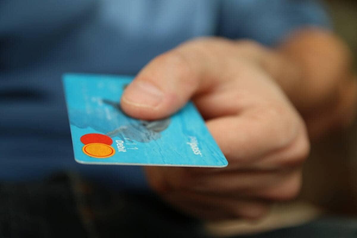 कोरोना महामारी के दौरान बैंकों ने अपने कई नियमों में बदलाव किए हैं. देश के सबसे बड़े बैंक स्टेट बैंक ऑफ इंडिया (SBI) ने अपने ग्राहकों को बताया कि क्रेडिट और डेबिट कार्ड पर दी जाने वाली कुछ सेवाएं 30 सितंबर 2020 के बाद बंद कर दी जाएंगी यानी 1 अक्टूबर 2020 से ये सेवाएं उपलब्ध नहीं रहेंगी. भारतीय रिजर्व बैंक एक अक्टूबर से डेबिट और क्रेडिट कार्ड से जुड़े कई नियम बदल रहा है. ये सेवाएं अंतरराष्ट्रीय ट्रांजेक्शन से जुड़ी हुई हैं.