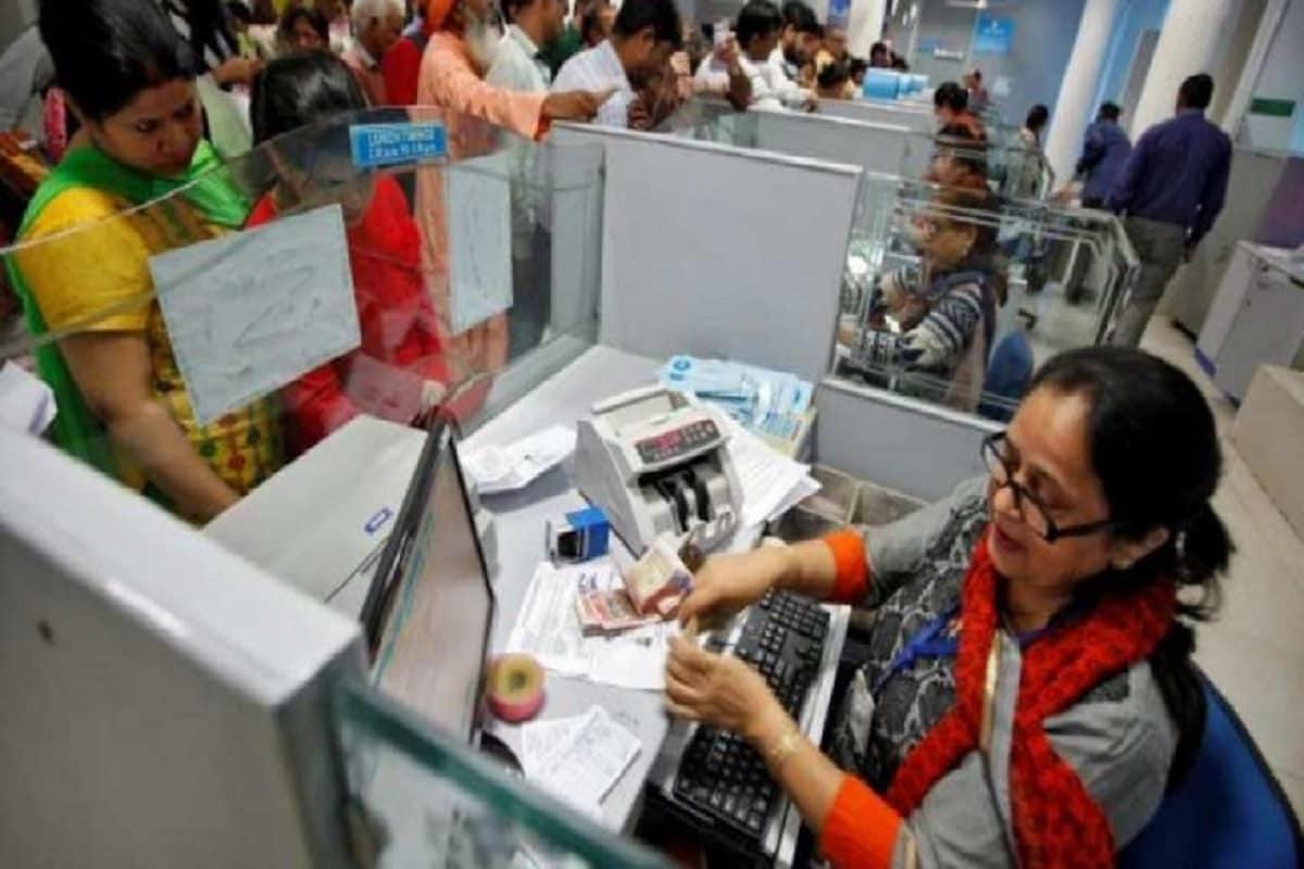 नई दिल्ली.सरकारी बैंक, यूनियन बैंक ऑफ इंडिया, यूको बैंक और इंडियन ओवरसीज बैंक ने अपने ग्राहकों को तोहफा दिया है. बैंक की नई दरें आज से लागू हो रही है. आइए जानें इसके बारे में...