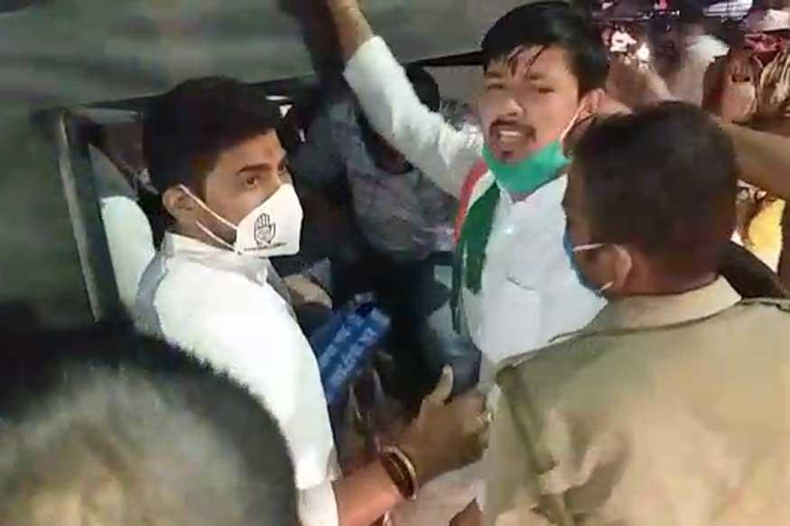 उधर समाजवादी पार्टी के इस आह्वान पर कांग्रेस पार्टी भी सड़कों पर उतर आई. लखनऊ के 1090 चौराहे और श्री राम टॉवर के पास रात नौ बजे से पहले ही यूथ कांग्रेस के कार्यकर्ता इकट्ठा होने लगे. जिसके बाद सड़क पर जमा हो रही भीड़ को पुलिस ने खदेड़ा. लेकिन कांग्रेसी पुलिस से भीड़ गए. जिसके बाद पुलिस ने लाठियां भांजी. सपा, कांग्रेस से जुड़े कई युवाओं को पुलिस ने हिरासत में लिया. (Source: News18)