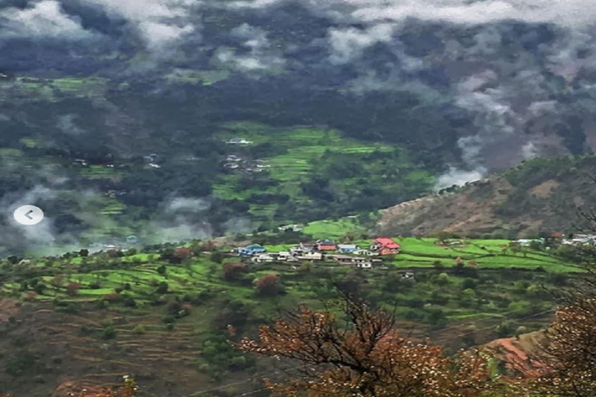 हिमाचल प्रदेश (Himachal Pradesh) के डलहौजी (Dalhousie) में आपको इसकी बनावट और शानदार मौसम से प्यार हो जाएगा. कोलोनियल समय (आजादी से पहले) में ब्रिटिश अधिकारियों के लिए गर्मी में छुट्टियां बिताने की पसंदीदा जगह थी. अन्य पर्यटन स्थलों की तुलना मेंयहां कम संख्या में लोग दिखते हैं लेकिन इसका सौन्दर्य अब भी बरकरार है. चीड़ के पेड़, वहां के कैफे और लोकल लोग डलहौजी की प्रमुख विशेषताओं में हैं. डलहौजी का नजदीकी हवाईअड्डा गग्गल एयरपोर्ट है. वीकेंड्स बिताने के लिए आप भी वहां जाकर प्राकृतिक सौन्दर्य निहार सकते हैं. यह हिमालय पर्वत माला के सबसे हरे-भरे स्थानों में से एक है. यहां प्राकृतिक चीजों के अलावा संस्कृति, लोक-साहित्य आदि देख पाएंगे. हिमाचल की लोकल ग्रामीण संस्कृति की झलक भी यहां देखी जा सकती है.