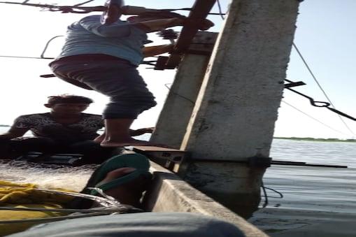 नाव में बिजली सुधार रहे कर्मचारी.