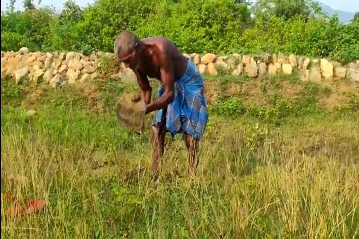गया. बिहार के गया जिले की पहचान माउंटेन मैन दशरथ मांझी से भी होती है जिनके नाम पर फिल्म भी आ चुकी है, लेकिन इसी गया जिले से दोबारा एक माउंटैन मैन की कहानी सामने आई है. जिसने 30 साल से मेहनत कर पहाड़ से जमीन तक 5 किमी लंबी नहर खोद दी. आज पहाड़ और वर्षा का पानी नहर से होते हुए खेतो में जा रहा है और इससे 3 गांवों के लोग लाभान्वित हो रहे हैं. (रिपोर्ट- एलेन लिली)