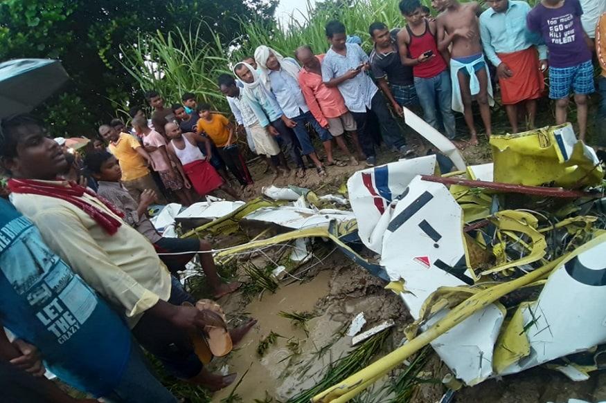 उत्तर प्रदेश के आजमगढ़ जिले में एक हेलीकॉप्टर क्रैश हो गया है. इस हादसे में हेलीकॉप्टर की चपेट में आने से एक युवक की मौत हो गई है. हालांकि अभी इसकी आधिकारिक सूचना नहीं मिली है. मौके के लिए एसपी व डीआईजी के साथ भारी संख्या में फोर्स रवाना हो गई है.