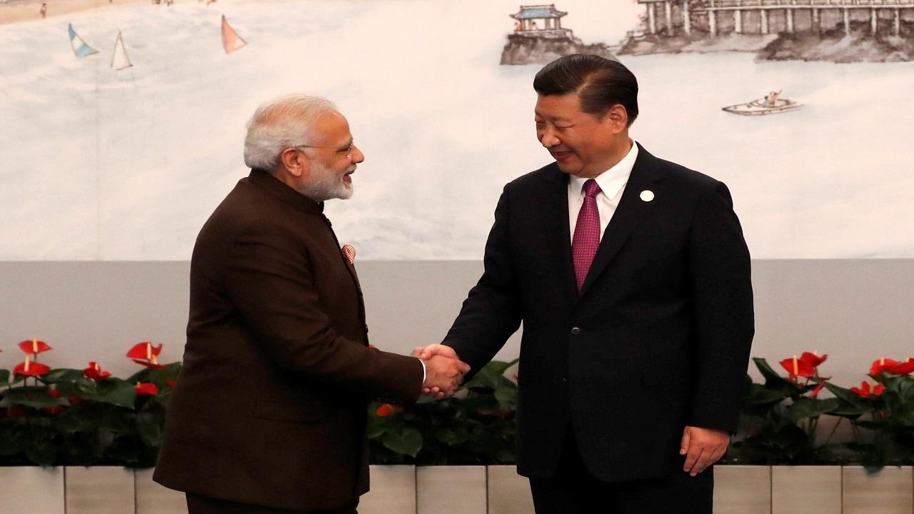भले ही भारत-चीन के बीच बीते कई महीनों से तनाव चरम पर हो लेकिन मोदी और जिनपिंग के बीच रिश्ते अच्छे माने जाते रहे हैं. साल 2014 में मोदी के सत्ता में आने के बाद से अब तक उनकी चीनी राष्ट्रपति शी जिनपिंग से कुल 18 बार मुलाक़ात हुई है. भारत के किसी भी अन्य प्रधानमंत्री के मुकाबले मोदी सबसे ज्यादा 5 बार चीन यात्रा पर गए हैं. यहां तक कि जिनपिंग भारत यात्रा के दौरान मोदी के गांव भी जा चुके हैं.(फोटो- PTI)
