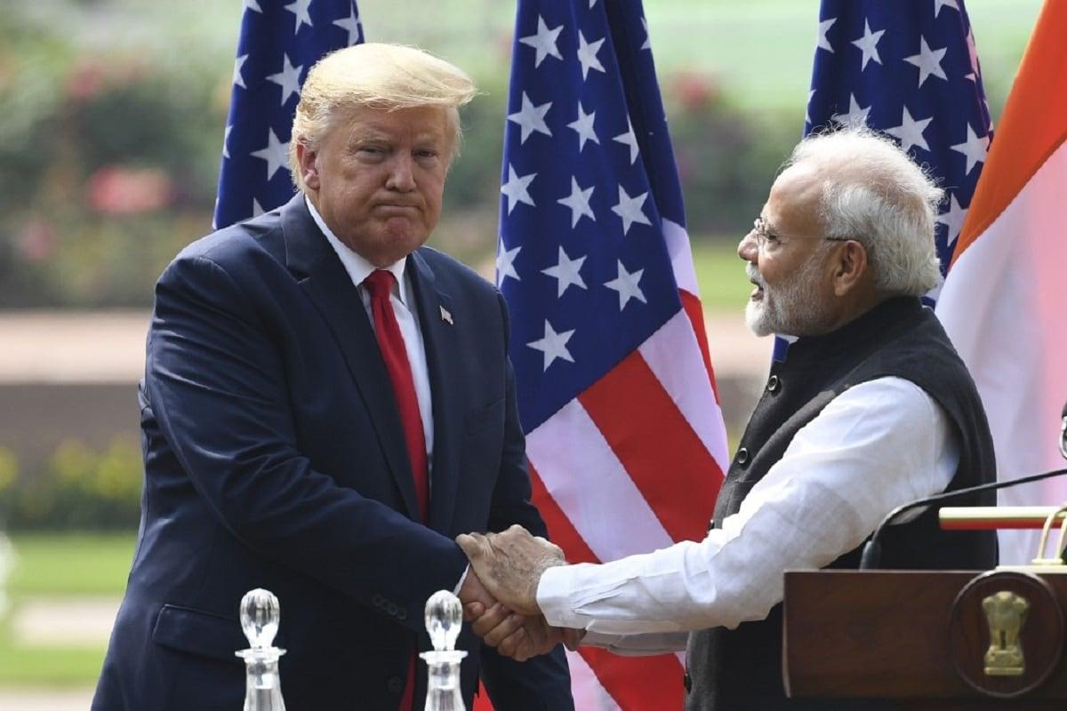 अमेरिकी राष्ट्रपति डोनाल्ड ट्रंप और प्रधानमंत्री नरेंद्र मोदी काफी अच्छे दोस्त माने जाते हैं. हाउडी मोदी से लेकर नमस्ते ट्रंप कार्यक्रम तक पूरे विश्व ने इसकी झलकियां देखीं हैं. अभी हाल ही में ट्रंप ने एक बार फिर प्रधानमंत्री नरेंद्र मोदी की तारीफ की है. अमेरिकी राष्ट्रपति ने कहा कि प्रधानमंत्री नरेंद्र मोदी मेरे दोस्त हैं और एक महान नेता हैं. ट्रंप ने पीएम मोदी को लेकर कहा, प्रधानमंत्री मोदी मेरे दोस्त हैं और वह बहुत अच्छा काम कर रहे हैं. कुछ भी आसान नहीं है लेकिन वह बहुत अच्छा काम कर रहे हैं. भारत को एक महान नेता मिला है और एक महान व्यक्ति मिला है. (फोटो-AFP)
