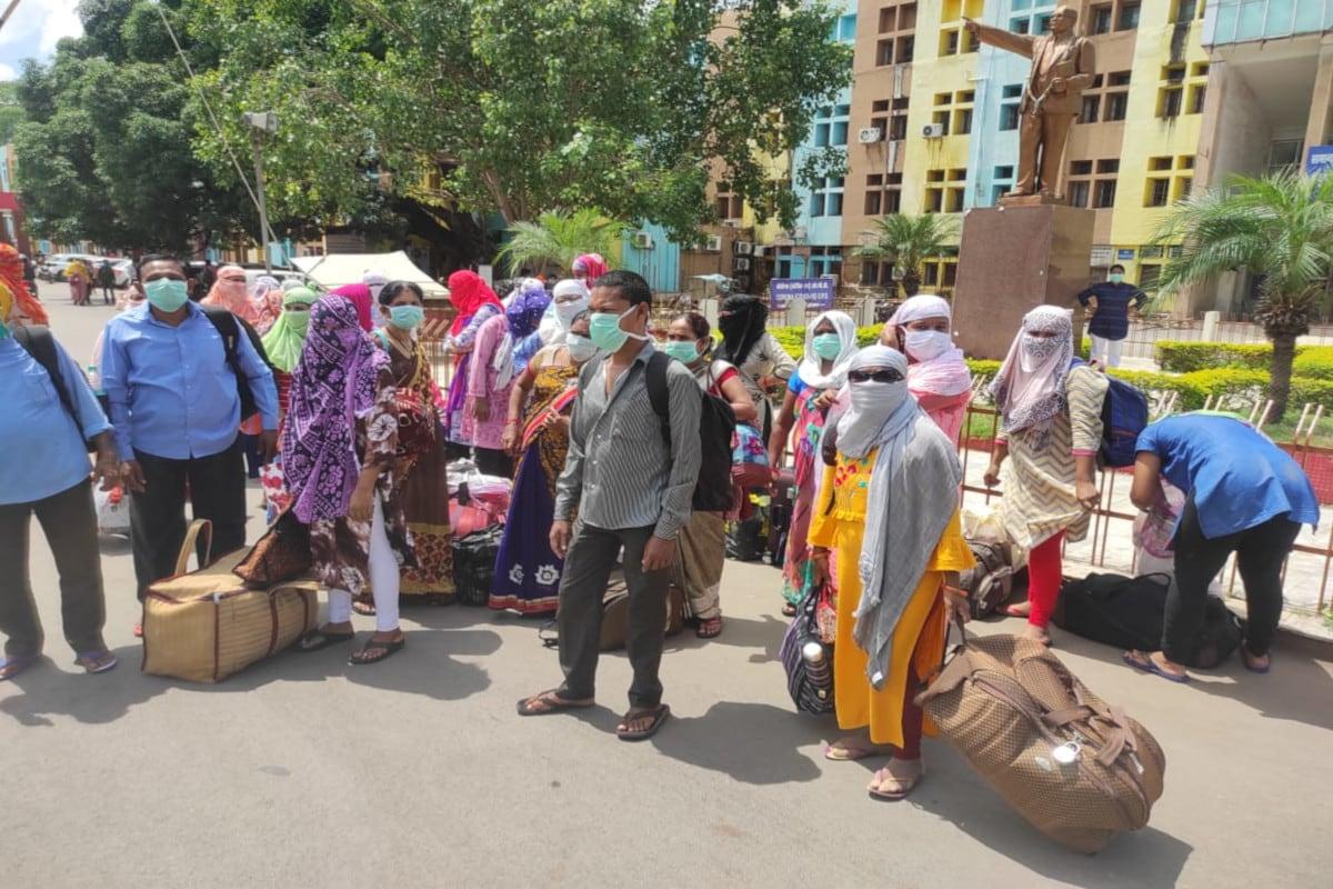प्रदेश के सबसे बड़े सरकारी अस्पताल के कोविड वार्ड में ड्यूटी कर चुकी नर्सों ने बुधवार को मेकाहारा के सामने के विरोध प्रदर्शन किया. फोटो- न्यूज 18