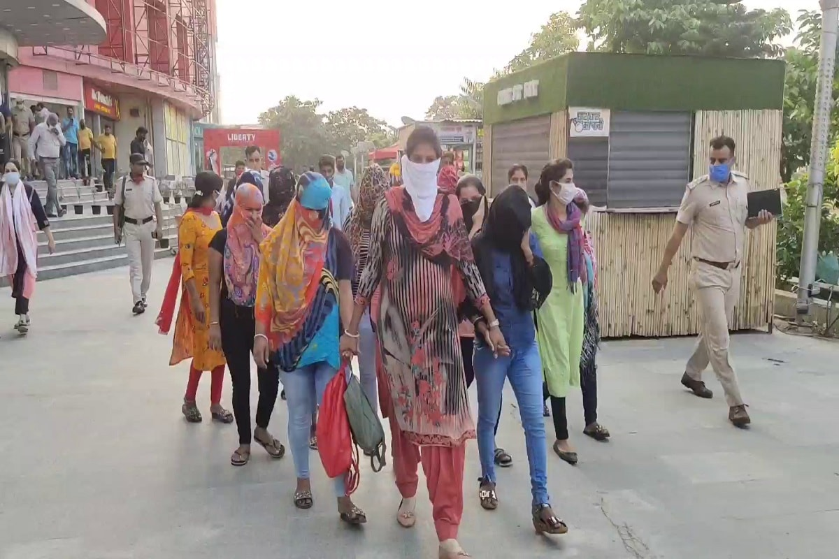 पानीपत के मित्तल मेगा माल में उस वक्त हड़कंप मच गया जब पानीपत पुलिस ने गुप्त सूचना के आधार पर माल के अंदर चल रहे स्पा सेंटरों में अचानक छापे मारे. इस छापेमारी में पानीपत पुलिस ने 11 लड़कियों और 6 लड़कों को गिरफ्तार किया है. (Photo: News18)