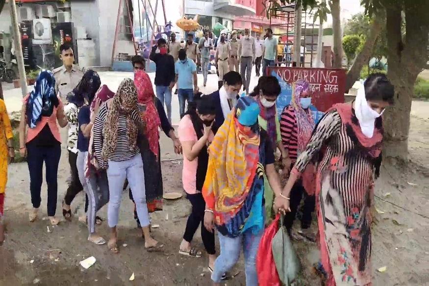 इस छापे में 12 लड़कियों और चार लड़कों को हिरासत में लिया गया था. तब मौके से 5800 रुपये, कंडोम का पैकेट और अन्य संदिग्ध सामान बरामद किया गया. (Photo: News18)