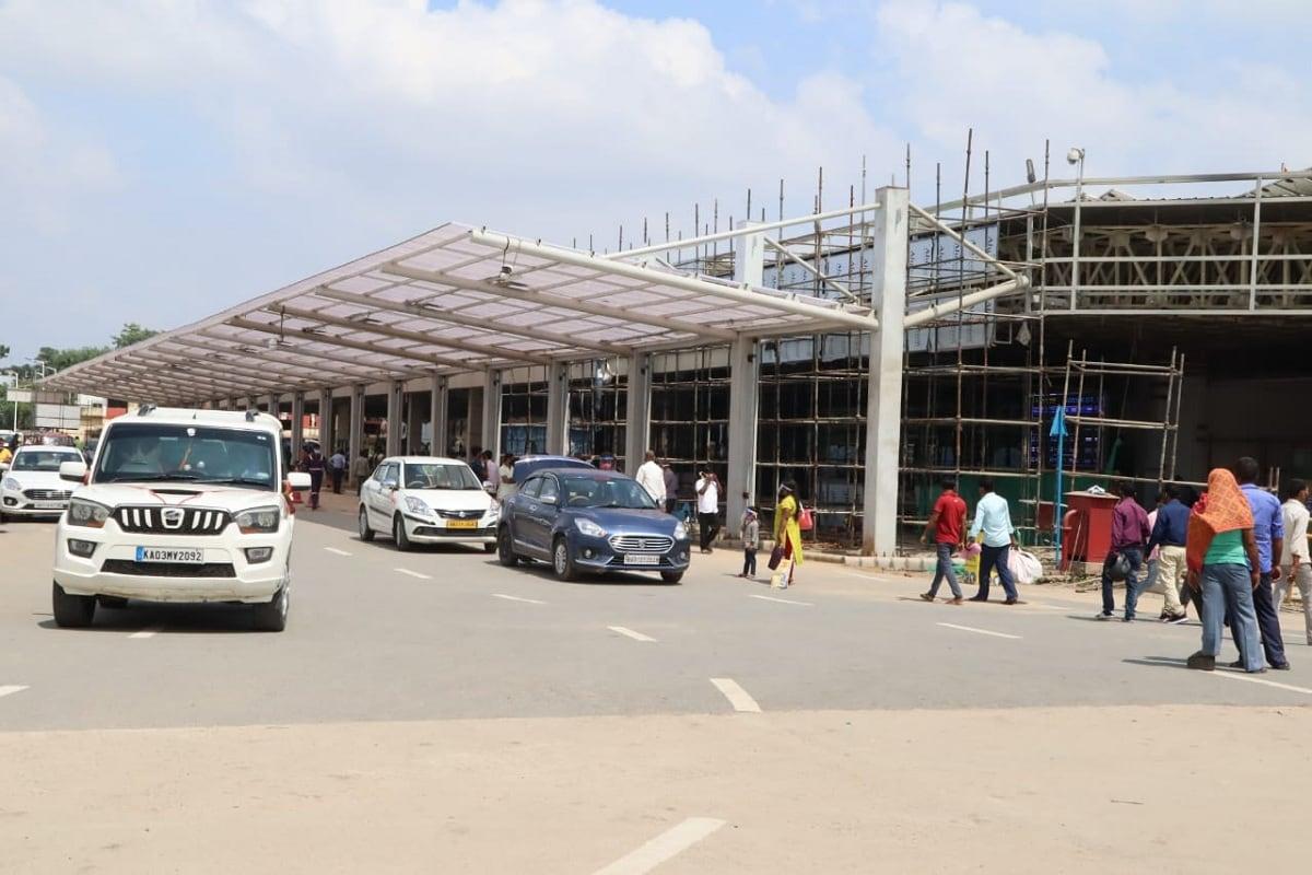 पटना. पटना एयरपोर्ट देश का तीसरा सबसे व्यस्ततम हवाई अड्डा बन गया है. रविवार को पटना एयरपोर्ट से 10 हजार यात्रियों की आवाजाही हुई है. पहले 28 अगस्त को 7946 यात्रियों की और 22 अगस्त को 7165 यात्रियों आवाजाही पटना एयरपोर्ट पर हुई थी. एयरपोर्ट निदेशक भूपेश नेगी ने ट्वीट कर इस बात की जानकारी दी है. (रिपोर्ट- धर्मेंद्र कुमार)