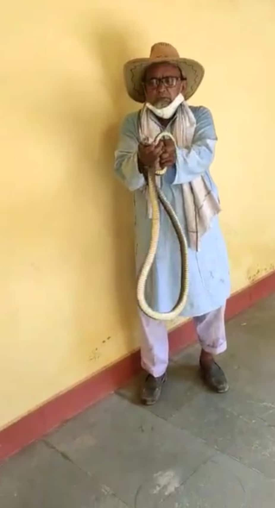 rajasthan news,Bundi latest news, snake man,Cobra Man of Rajasthan, cobra man photos, snake photos,Cobra ManDurgalal Meena, सांप ने डंसा, सांप के फोटो, कोबरा मैन, राजस्थान के कोबरा मैन